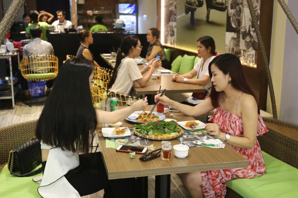 Giống nhiều trung tâm thương mại khác, tòa nhà 81 tầng cũng không thể thiếu khu vực ăn uống, với nhiều món ăn phong phú.