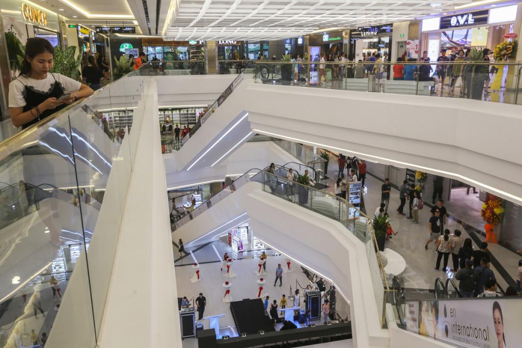 Hiện tại, khách được thoải mái tham quan từ tầng B1 đến tầng 5 trong tòa nhà. Hệ thống thang cuốn thiết kế kiểu đường vòng, đưa khách đi quanh các tầng vừa tiện trong việc mua sắm. Nhưng nhiều người cũng cảm thấy phiền phức vì phải đi bộ nhiều.