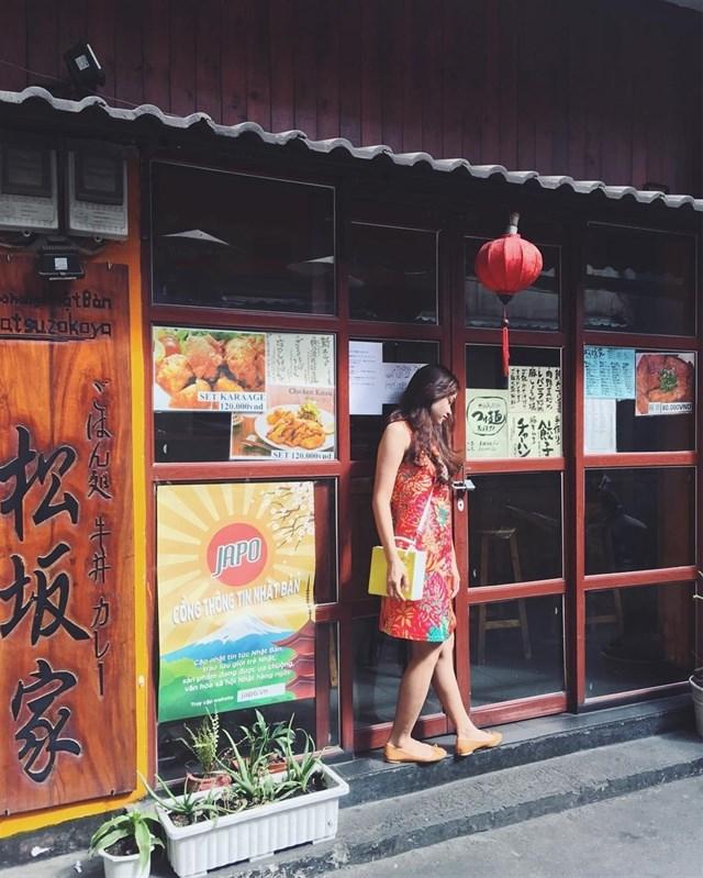 Không giống như sự ồn ào và náo nhiệt bên ngoài những con đường lớn Sài Gòn, tại đây bao trùm không gian trong những con hẻm là sự yên tĩnh và nhẹ nhàng đến lạ thường. Với những bản nhạc không lời của Nhật Bản cùng những cảnh trí xung quanh, du khách thực sự cảm nhận được một không gian văn hóa Nhật Bản tưởng chừng như xa xôi rồi giờ lại hiện hữu nơi đây. Ảnh:im_phuongle