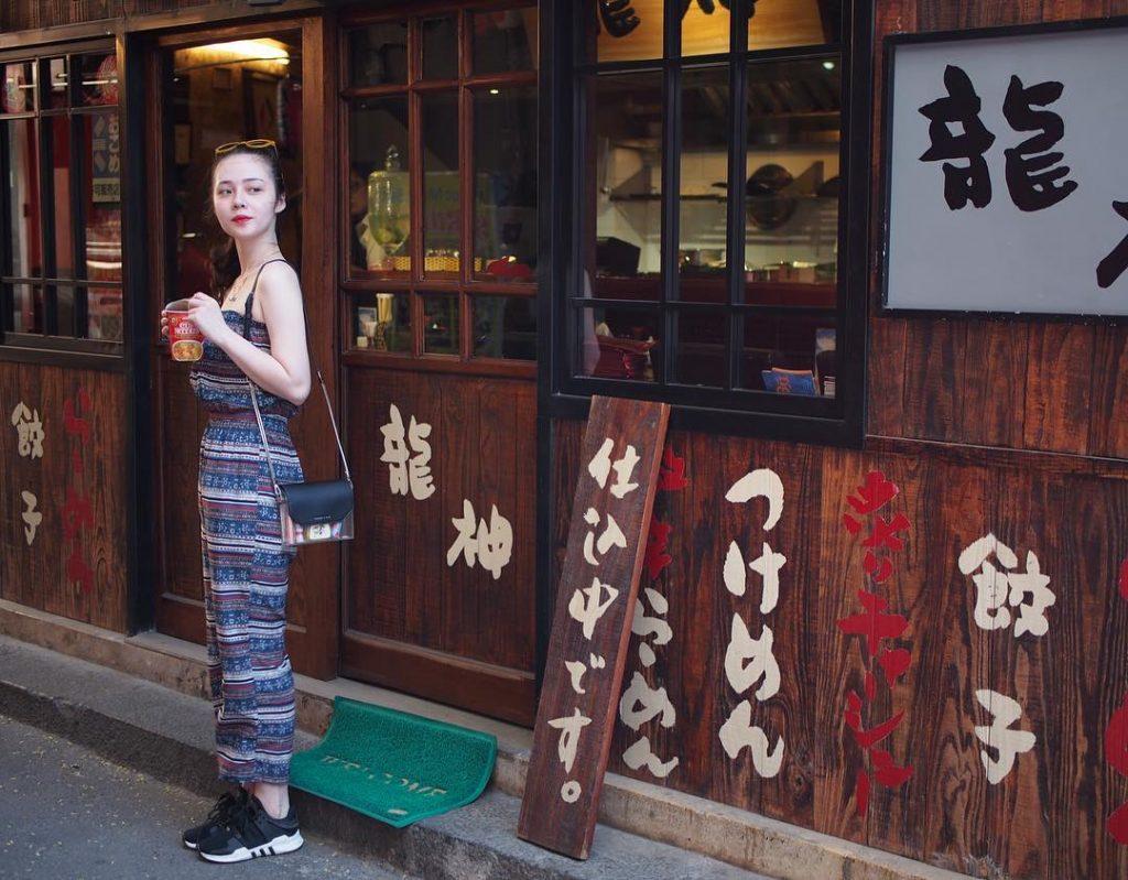 Nơi bạn dễ dàng cảm nhận một phố Nhật đặc trưng, với những hàng quán biển hiệu song ngữ. Ảnh: @bunbie_1994  Đối với những du khách yêu mến kiến trúc xưa cũ của Sài Gòn xưa thì Hào Sỹ Phường sẽ là điểm đến không thể bỏ qua. Nơi đây mang những nén kiến trúc cổ kính và độc đáo của khu chợ Lớn.