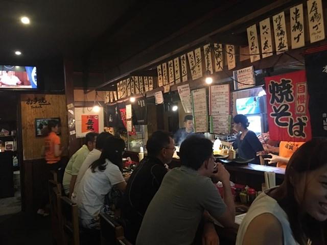 Sau khi dạo quanh một vòng, bạn có thể ghé qua những quán ăn Nhật từ bình dân đến sang trọng để thưởng thức bánh Takoyaki, mì Ramen, bánh xèo, sashimi, sushi, mochi...Phần lớn những cửa hàng ở đây đều giữ nguyên hương vị ẩm thực của món ăn, bởi chủ của những cửa hàng này là người Nhật. Ảnh:Gyosho Torisho