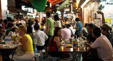 Hong Kong luôn chật chội, từng khoảng không nhỏ đều được tận dụng. Ảnh: BBC.