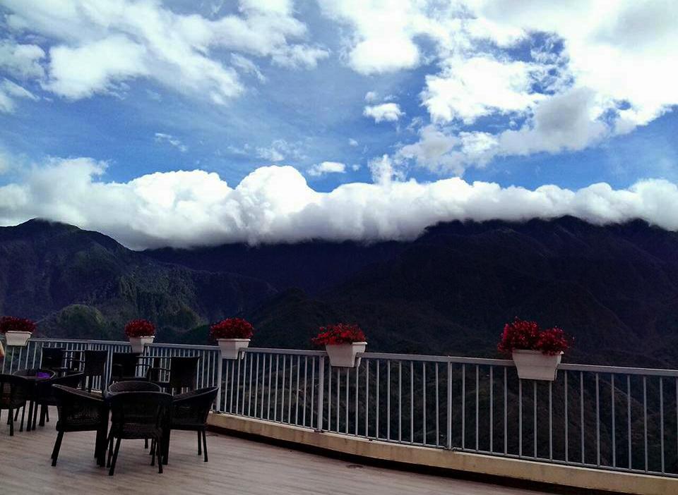 View từ ban công nhìn thấu cả núi mây Sapa (Ảnh: Nhật Lệ)