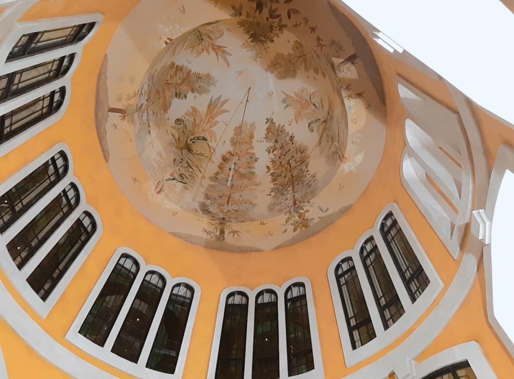 Thiết kế trần nhà và các ô cửa vô cùng tinh tế (Ảnh: Nhật Lệ)