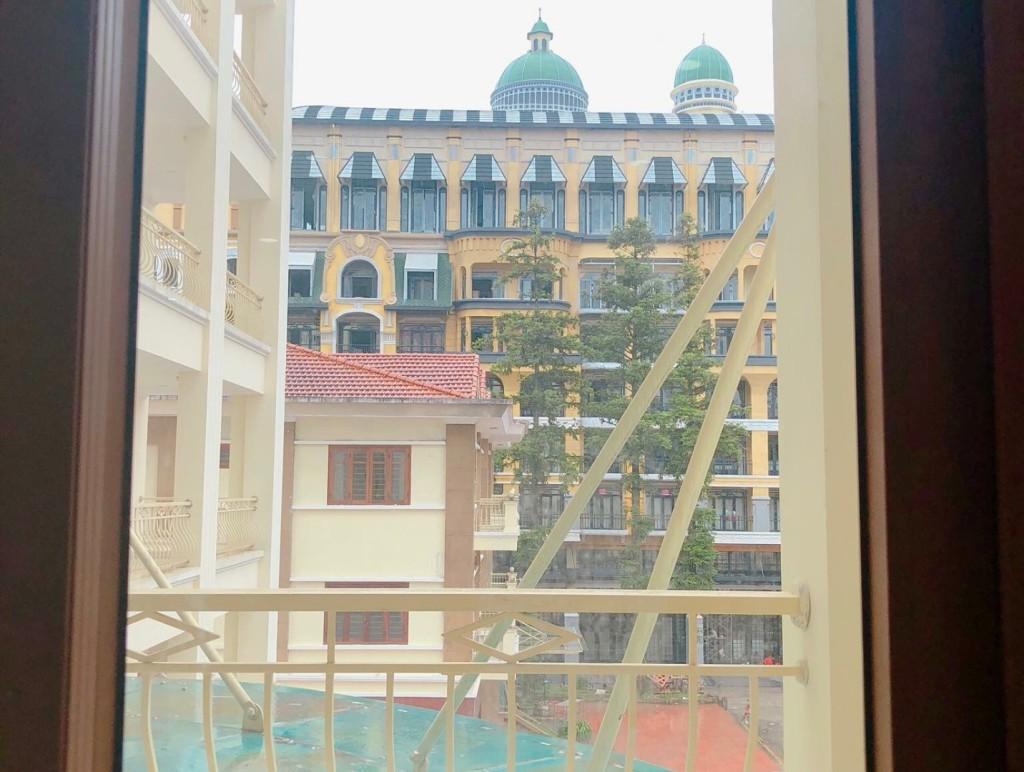 View từ trong nhà nghỉ nhìn ra Sun Plaza (Ảnh: Nhật Lệ)