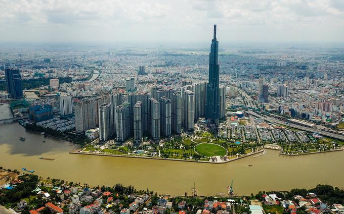 Dự án Landmark 81 (quận Bình Thạnh, TP HCM) cao hơn 460m, gồm 81 tầng, nằm ngay bên bờ sông Sài Gòn, là tòa nhà cao nhất Việt Nam và trong top 20 thế giới. Sau gần 4 năm xây dựng, công trình đã hoàn thiện gần hết các hạng mục. Ngày 26/7, khu trung tâm thương mại của cao ốc đi vào hoạt động, thu hút hàng nghìn người dân đến tham quan, mua sắm.