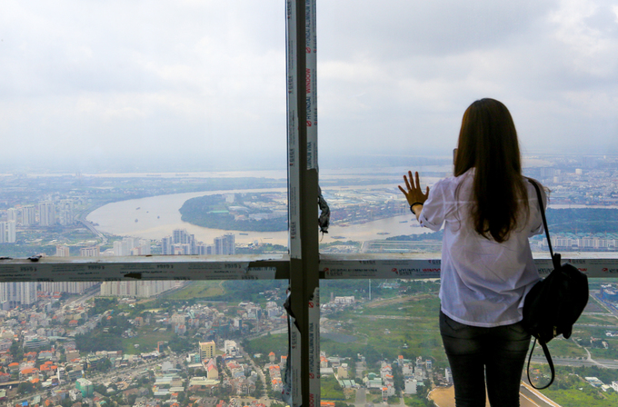 Sông Sài Gòn uốn lượn qua các quận 2, Thủ Đức, Bình Thạnh... nhìn từ bên trong tầng 81.