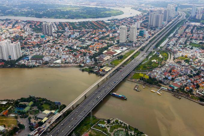 Cầu Sài Gòn, xa lộ Hà Nội, khu Thảo Điền và cửa ngõ phía Đông thành phố, ở phía xa là bán đảo Thanh Đa.