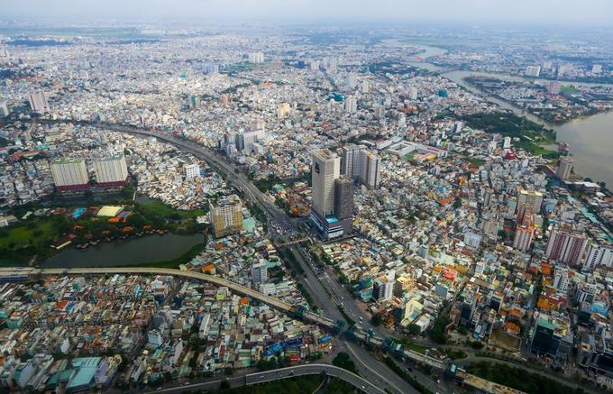Tranh thủ giờ nghỉ trưa, một người công nhân dùng điện thoại ghi lại hình ảnh của Sài Gòn nhìn từ độ cao hơn 400m. Các hạng mục ở trên cao đang được hoàn thiện, chưa mở cửa đón khách.