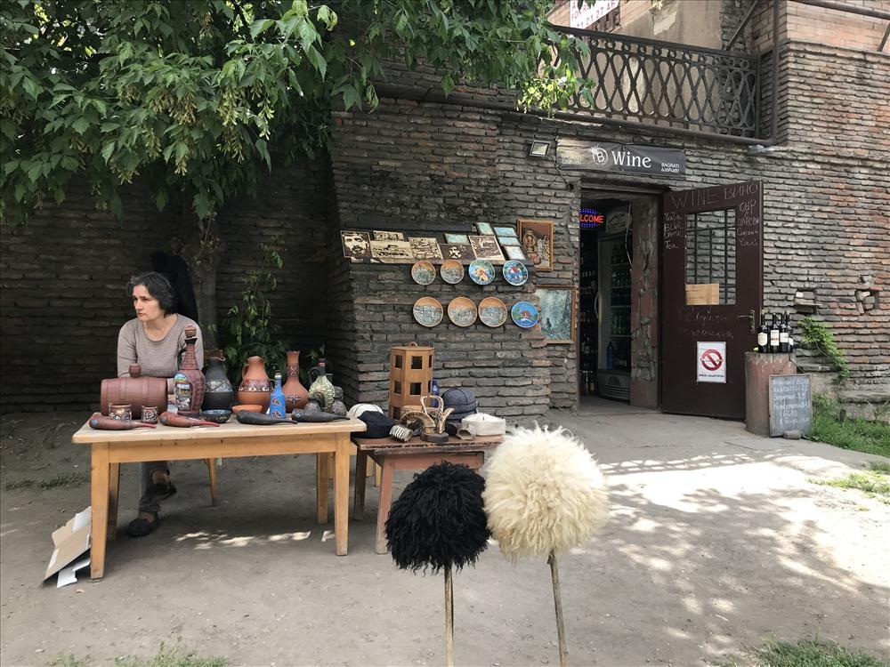 Một quầy hàng lưu niệm trên đường phố ở thủ đô Tbilisi. Ảnh: H.V.M