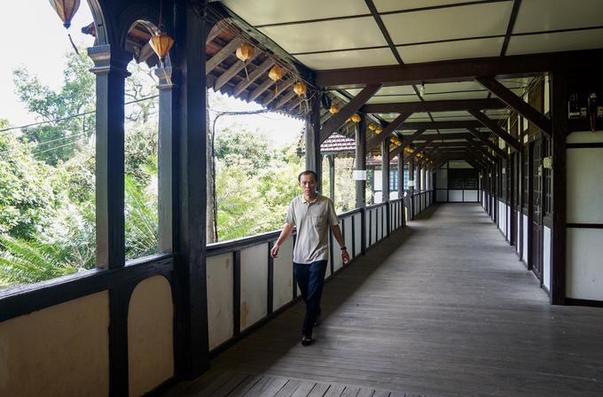 Công trình có hành lang rộng và dài với hệ thống sàn, kèo, cột, trần, cầu thang... đều xây dựng từ những cây gỗ quý khai thác ở địa phương.