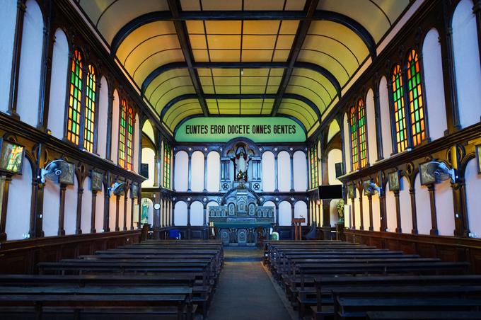 Nhà nguyện bên trong Tòa giám mục sử dụng nhiều gỗ màu trầm toát vẻ cổ kính, uy nghiêm và phảng phất không khí núi rừng Tây Nguyên.