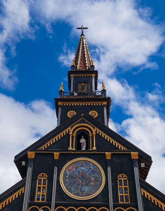 Được làm hoàn toàn bằng gỗ cà chít nên công trình hay được gọi là nhà thờ gỗ. Kiến trúc sư thiết kế khu nhà theo phong cách Roman kết hợp với kiến trúc nhà sàn của người Ba Na. Trên đỉnh tháp là cây thánh giá bằng gỗ quý cao vút, thể hiện sự uy nghiêm và vĩnh cửu của ngôi thánh đường.