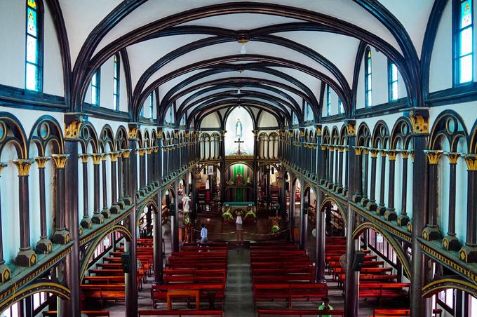Bên trong thánh đường có nhiều hàng cột nhỏ được liên kết với nhau bằng các vòng cung gỗ.
