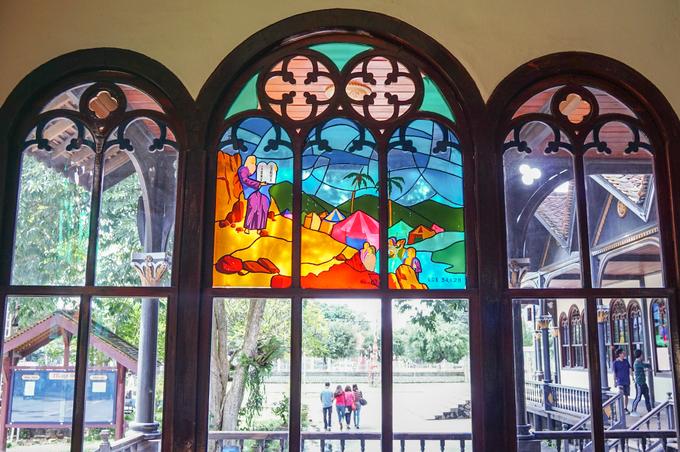 Thánh đường có nhiều khung cửa kính màu vẽ lại các điển tích trong Kinh thánh. Nhờ vậy, giáo đường vừa có thêm ánh sáng tự nhiên vừa tăng thêm vẻ rực rỡ, tráng lệ.