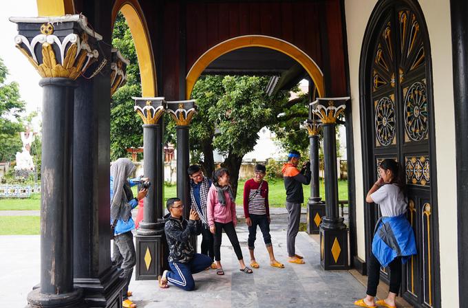 Mỗi ngày, nhà thờ gỗ ở Kom Tum đều thu hút đông khách tham quan. Vào dịp lễ Giáng Sinh, có hàng nghìn giáo dân đủ tộc người tìm đến nhà thờ. Họ ở lại ngay bãi đất trống bên phải có khi cả tuần để tham dự lễ.