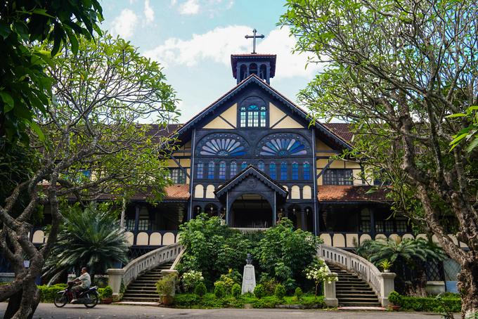 Một công trình bằng gỗ khác là Tòa Giám mục Kon Tum (đường Trần Hưng Đạo, TP Kon Tum), được xây dựng năm 1935. Công trình kết hợp giữa kiến trúc phương Tây với những nét bản địa truyền thống của các dân tộc Tây Nguyên.