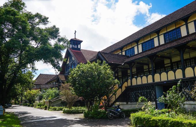 Tòa giám mục trải dài 100m, có ba tầng. Trong đó, tầng một được xây bằng gạch và bê tông, còn hai tầng trên là hệ kết cấu khung gỗ, mái nhà lợp ngói.