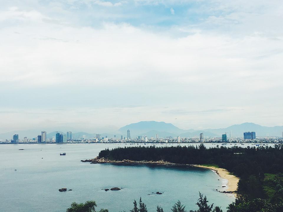 View toàn cảnh trung tâm thành phố Đà Nẵng nhìn từ đường lên hải đăng.