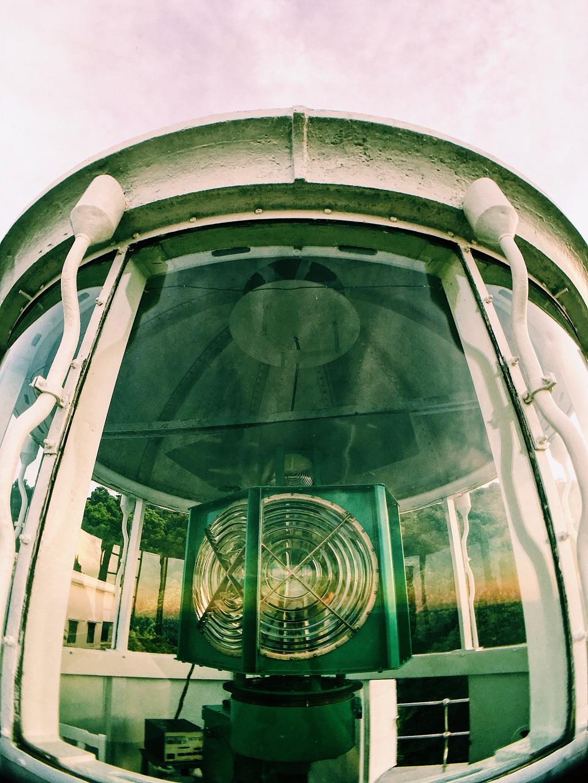 Tại đây có đèn độc lập, giúp tàu thuyền hoạt động trong vùng biển Huế - Đà Nẵng dễ dàng định hướng và xác định vị trí của mình.