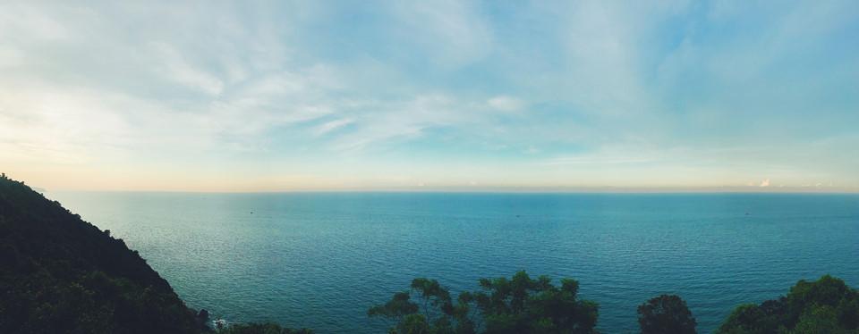 View toàn cảnh từ hải đăng Tiên Sa nhìn ra mênh mông biển xanh.