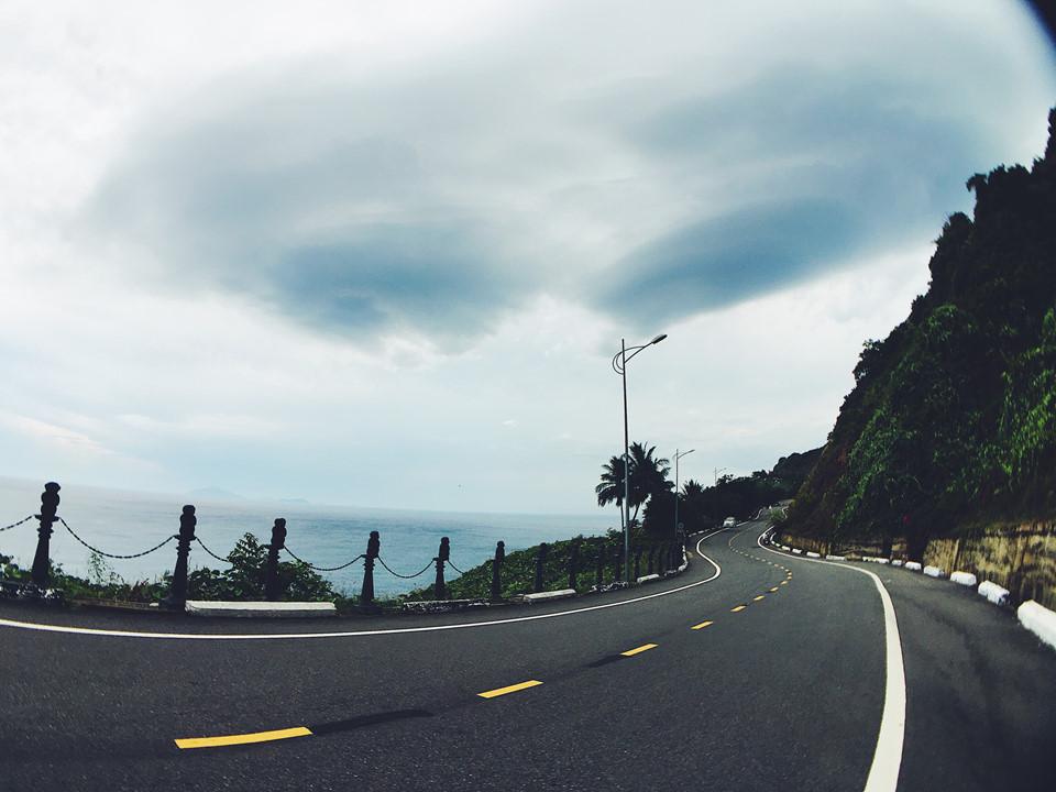 Từ trung tâm thành phố Đà Nẵng, bạn chỉ cần thuê một chiếc xe máy và vi vu khoảng 17 km để đến được hải đăng Tiên Sa. Hướng đi chính là cung đường lên bán đảo Sơn Trà, rộng thoáng dễ đi, đảm bảo ngay cả các cô gái cũng có thể tự mình lái xe mà không lo nguy hiểm. Đi theo đường Hoàng Sa về hướng Intercontinental Đà Nẵng, bạn sẽ thấy ngay bảng chỉ dẫn cụ thể.