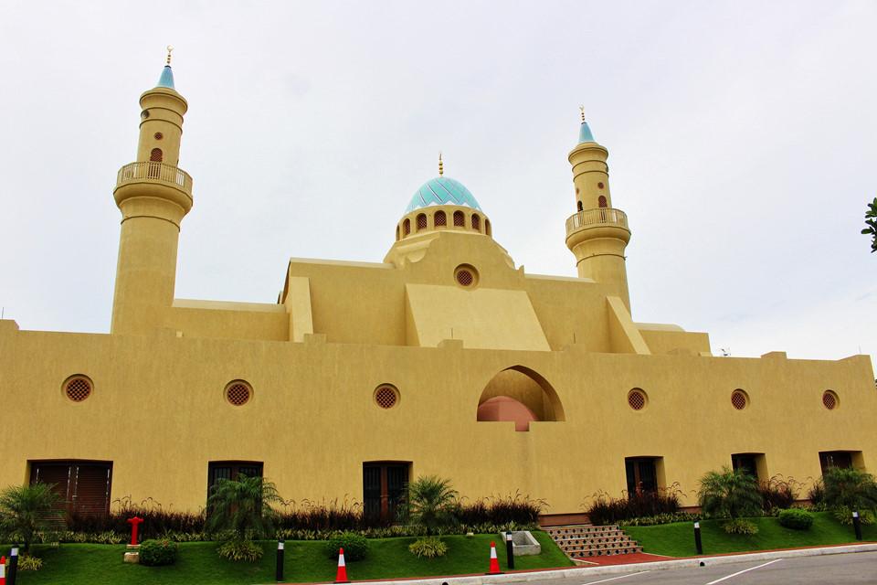 """Nguồn gốc tên gọi Brunei: Vương quốc Brunei có tên chính thức là Negara Brunei Darussalam và được gọi tắt là Brunei. Tên gọi là sự kết hợp của hai ngôn ngữ Ả Rập và Mã Lai, trong đó negara (tiếng Ả Rập) nghĩa là """"quốc gia"""" và darussalam (tiếng Mã Lai) nghĩa là """"chốn hòa bình"""". Brunei được chia thành bốn quận: Belait, Brunei-Muara, Temburong và Tutong."""