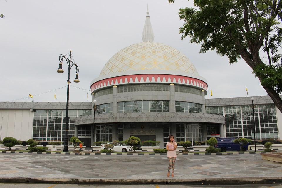 Bảo tàng Hoàng gia Brunei: Cách đó không xa là Bảo tàng Hoàng gia Regalia - nơi mang lại cái nhìn tổng thể về cuộc sống của Hoàng gia Brunei qua nhiều thời kỳ. Bảo tàng được thiết kế sang trọng và lộng lẫy bởi nơi đây từng là nơi ở của vua chúa ngày xưa. Bên trong bảo tàng, những bảo vật của Hoàng gia Brunei được khảm bằng vàng, bạc và các loại ngọc quý.