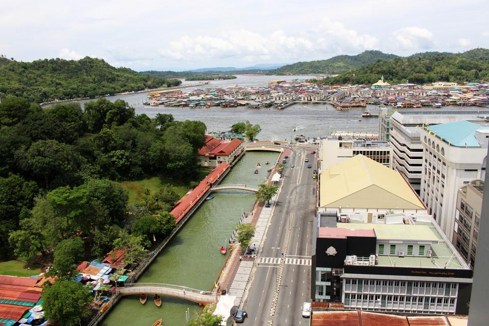 Làng nổi Kampong Ayer lâu đời: Kampong Ayer là ngôi làng cổ nhất ở Brunei có lịch sử hơn 1.300 năm với khoảng 39.000 dân. Mặc dù cư dân ngụ trên sông, tất cả đều có xe hơi để trên bờ. Hàng ngày, họ lái thuyền máy cập bờ rồi dùng xe hơi đi làm, chiều tối đi xuồng về nhà. Ngôi làng quyến rũ du khách bởi những ngôi nhà sàn truyền thống cùng những cây cầu gỗ bắc từ nơi này sang nơi khác. Qua từng ngõ ngách trong khu làng, tôi cảm nhận được nhịp sống Brunei yên bình.