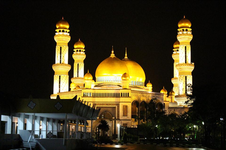 Những công trình vàng và quyền lực: Brunei có nền văn hóa ảnh hưởng lớn từ Hồi giáo nên hai phần ba cư dân theo đạo Hồi. Vì lẽ đó, thủ đô luôn lộng lẫy cùng với các thánh đường Hồi giáo to đồ sộ, điển hình là thánh đường Jame Asr Hassanil Bolkiah và Omar Ali Saifuddien.