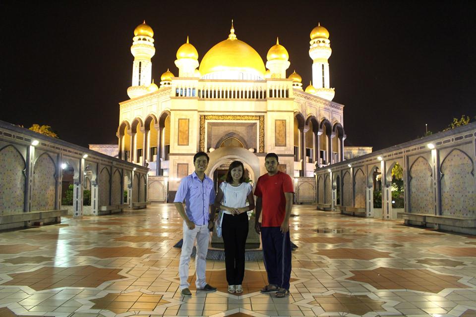 Thánh đường Jame Asr Hassanil Bolkiah nguy nga và linh thiêng nhất Brunei: Thánh đường được xây dựng vào năm 1992 với vàng ròng dát khắp nơi và vật liệu ngoại nhập. Tường gạch ốp Italy, hoa văn trang trí Australia, thảm cỏ Ả Rập… Những mái vòm bằng vàng làm cho thánh đường luôn nổi bật. Xung quanh thánh đường, những đài phun nước và khu vườn xanh được đặt xung quanh tạo nên khung cảnh thanh bình.