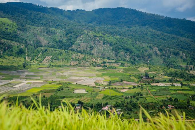Những ngày hửng nắng, đứng từ đỉnh Chư Đăng Ya, du khách có thể chiêm ngưỡng phong cảnh làng mạc hữu tình của xã Chư Jôr và xã Chư Đăng Ya với ruộng lúa, rẫy cà phê, những mái nhà rông, nhà gỗ của người J'rai.