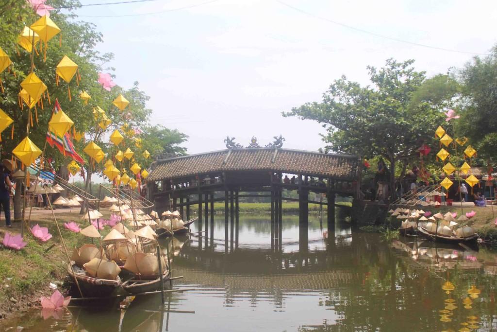 Cầu ngói Thanh Toàn được xây vào năm 1776, và đã qua nhiều lần trùng tu