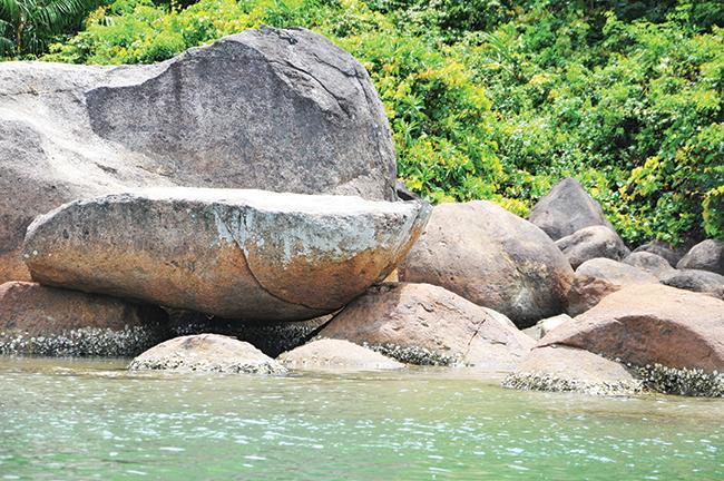 Những phiến đá tự nhiên có nhiều hình dạng tại khu làng chài.