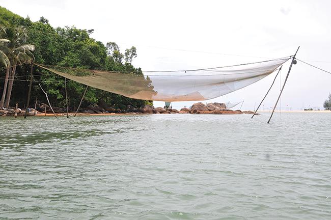 Một vó bắt cá trên sông Bù Lu.