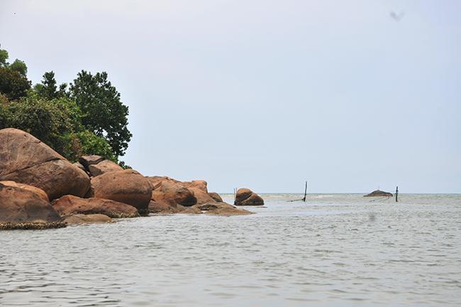 Nơi con sông Bù Lu đổ ra cửa biển Cảnh Dương.