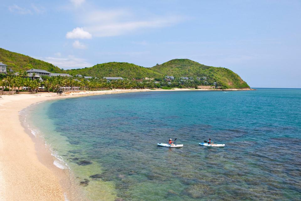 Thành phố Tam Á (Trung Quốc) sở hữu 50 km bờ biển dành riêng phục vụ cho du lịch cùng các vịnh đảo nguyên sơ bao quanh trung tâm. Tam Á mang khí hậu nhiệt đới quanh năm với nhiệt độ trung bình hàng ngày 26 độ C. Thời tiết lý tưởng này là một trong những lý do khách quốc tế trốn mùa đông lạnh ở nước họ để tận hưởng thiên nhiên dịu mát, khám phá những bãi biển và khu rừng nhiệt đới nơi đây. Ảnh: MadarinOriental.