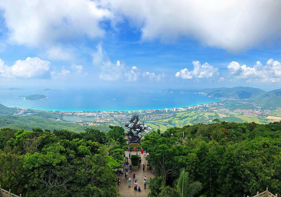 Khám phá rừng nhiệt đới: Du khách đến Tam Á hoàn toàn có thể thay đổi không khí nếu muốn khám phá thiên nhiên hoang sơ tại khu rừng mưa nhiệt đới Yanoda, công viên rừng nhiệt đới Paradise… Lên cao, bạn có thể ngắm toàn cảnh thiên nhiên hùng vĩ của thành phố biển. Ảnh: @greenfish.