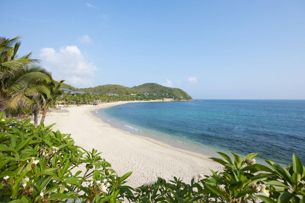 Vịnh Á Long (Yalong Bay): Cách trung tâm thành phố Tam Á 20 km về phía đông, vịnh Á Long (Yalong) sở hữu nhiều khách sạn và khu nghỉ dưỡng hạng sang, chiều lòng du khách thích sự yên tĩnh. Các bãi biển xung quanh vịnh Á Long cũng không quá đông đúc, du khách sẽ tận hưởng trọn vẹn vẻ đẹp biển đảo trên những bãi cát trắng mịn được giữ vệ sinh thường xuyên. Ảnh: @liji_moni, kaka_travel.