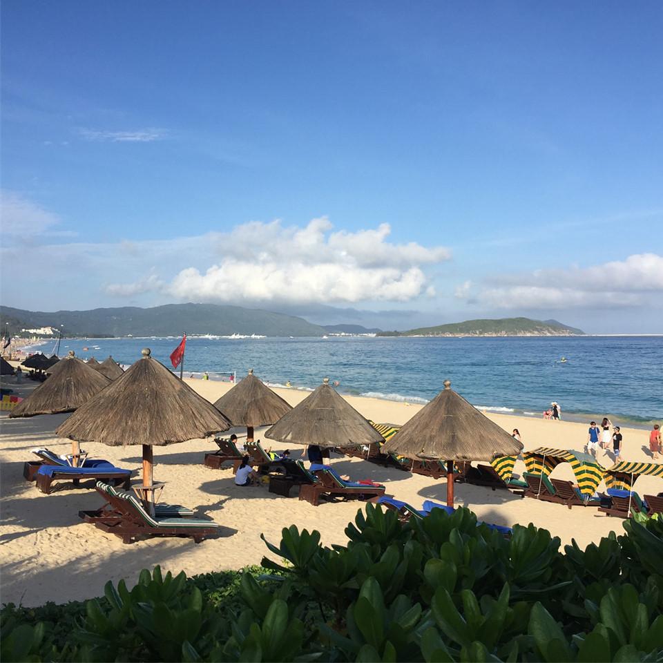 Bãi biển Đại Đông Hải là một trong những nơi đầu tiên được đầu tư phát triển cho du lịch với số lượng lớn khu nghỉ dưỡng, nhà hàng, cửa hiệu cung cấp tất cả mọi thứ bạn cần cho chuyến du lịch như đồ trang sức, lưu niệm. Khách quốc tế sẽ thường xuyên thấy những người dân địa phương ca hát, nhảy múa sôi động ngoài trời dọc bãi biển. Ảnh: @worldwildme.