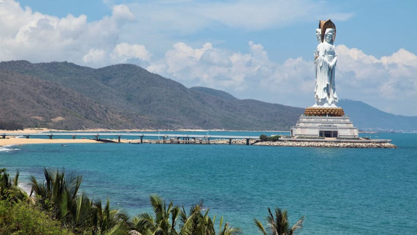 Tượng Quan Âm Nam Hải: Toạ lạc trong khuôn viên chùa Nam Sơn, tượng Quan Âm Nam Hải hiện hữu như biểu tượng của thành phố Tam Á, khi bất kỳ du khách nào đến đây du lịch đều ghé thăm chiêm bái. Bức tượng Quan Âm cao 108 m nổi bật trên đảo Hải Nam là pho tượng lớn thứ 4 trên thế giới với tạo hình 3 mặt của Phật Bà. Ảnh: CNN.