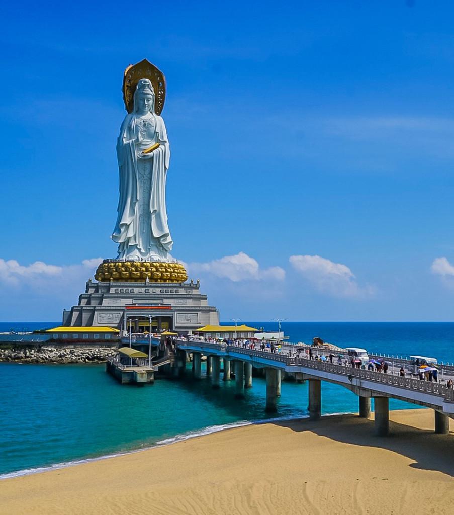 Pho tượng Quan Âm khổng lồ có chân đế đoá sen 108 cánh đặt bên bờ biển, 3 mặt của Phật Bà nhìn vào thành phố và hướng ra biển đại diện cho sự thanh bình, trí tuệ và lòng từ bi. Cũng chính trong bom tấn Cá mập siêu bạo chúa, pho tượng Quan Âm hiện lên nổi bật khi giới thiệu về điểm đến vịnh Tam Á. Ảnh: @suwandatjandra.