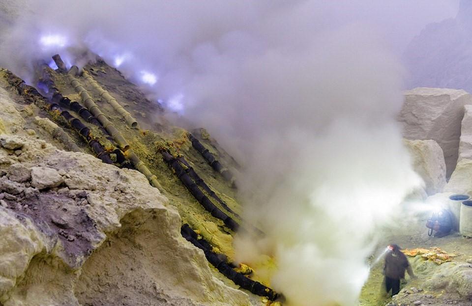 Mỗi thợ mỏ phải vác trung bình khoảng 80 kg lưu huỳnh xuống núi, rồi bán chúng cho một nhà máy tinh luyện đường ngay dưới chân núi.