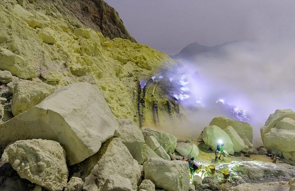 Du khách muốn tham quan mỏ lưu huỳnh phải trả tiền cho công nhân mỏ. Sau đó, bạn sẽ được dẫn vào sâu bên trong ngọn núi. Kawah ljen là ngọn núi lửa đang hoạt động trên đảo Java.