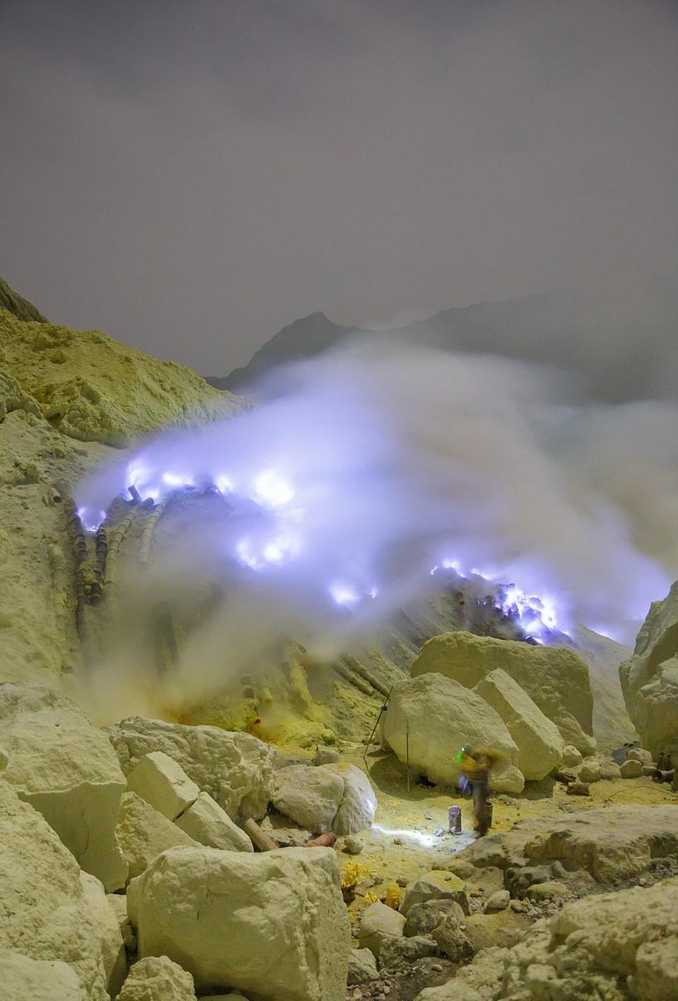Chính quyền địa phương đã hạn chế hoạt động du lịch nguy hiểm này. Tuy nhiên nhiều du khách tò mò vẫn tìm tới đây. Trong 30 năm qua, đã có hơn 12 thợ mỏ và 1 du khách nước ngoài thiệt mạng vì khí độc từ mỏ lưu huỳnh của núi Kawah ljen.