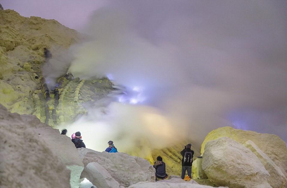 Ban ngày, lưu huỳnh trong trạng thái rắn có màu vàng đỏ. Mỏ lưu huỳnh nằm bên cạnh một hồ nước có độ sâu 200 m, nằm giữa lòng núi lửa có thể hoạt động bất cứ lúc nào. Hồ nước có độ pH tương đương với độ pH của axit trong ắc quy.