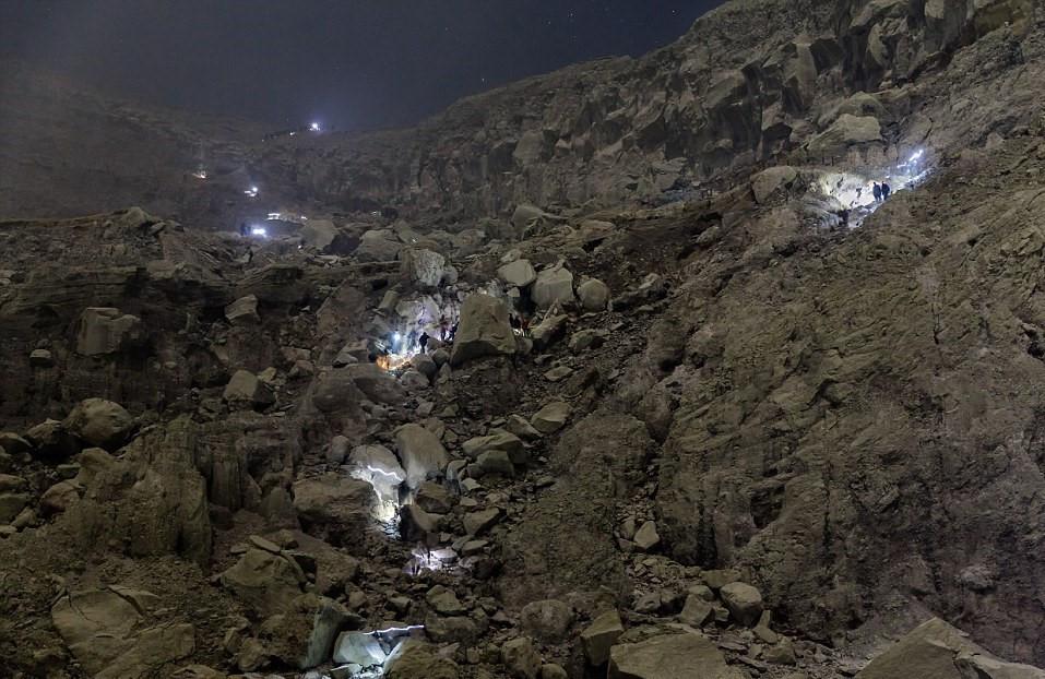 Vào ban đêm, miệng núi lửa trông giống bề mặt một hành tinh khác. Khi đó, khí lưu huỳnh không còn ở thể rắn mà bốc cháy, phát ánh sáng màu xanh neon trong bóng tối.