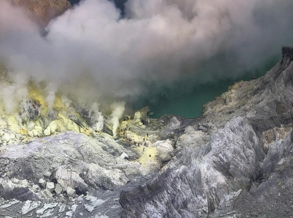 Chiều cao của núi lửa Ijen là 2.600 m. Ngọn núi này phát ra những luồng khí nguy hiểm tới sức khỏe con người. Tầng miệng núi lửa chứa lưu huỳnh tinh khiết và rất độc hại.