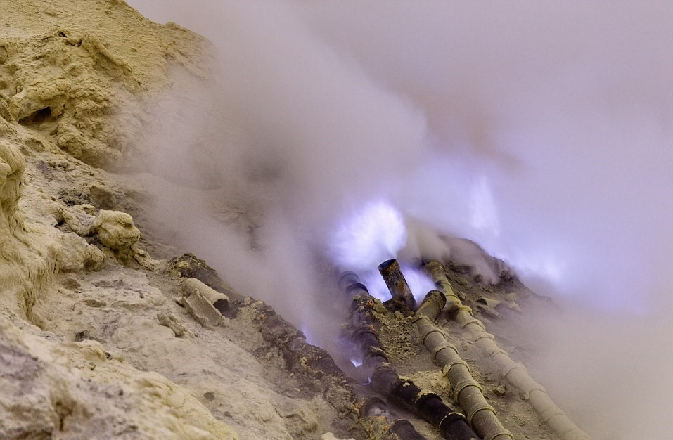 Thợ mỏ thu thập lưu huỳnh lỏng từ ống gốm được chôn vào lỗ thông hơi của các vách núi. Trước khi đem lưu huỳnh rắn xuống núi, họ dùng gậy sắt đập vỡ những phiến đá phủ lưu huỳnh.