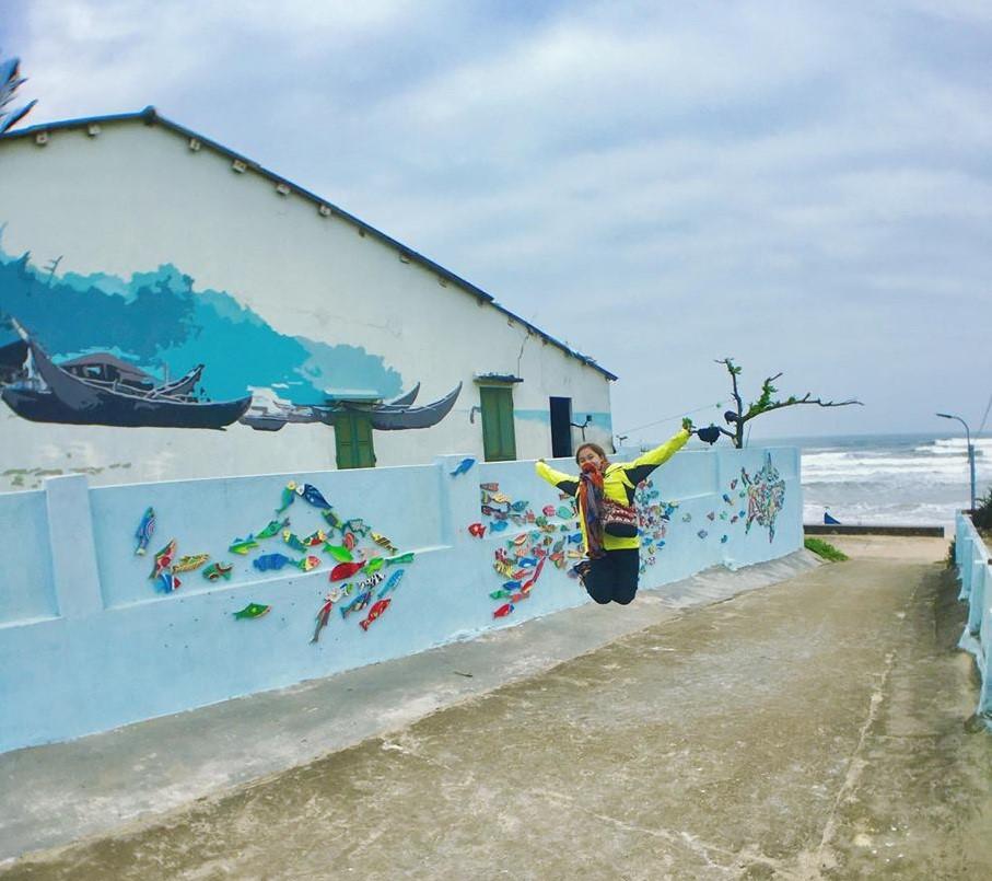 Nhiều con ngõ nhỏ khác trong làng được vẽ dọc hai bên tường đi thẳng ra biển. Ảnh: Trần Thị Quỳnh Phương.
